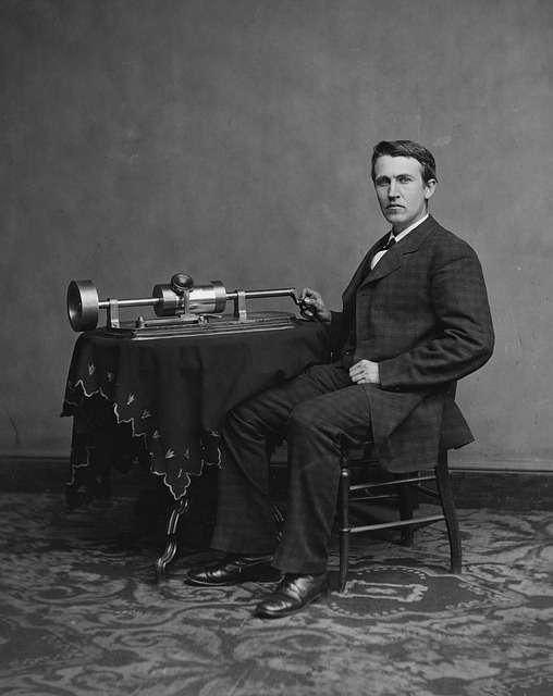 молодий Томас Едісон поряд зі своїм винаходом - грамофоном
